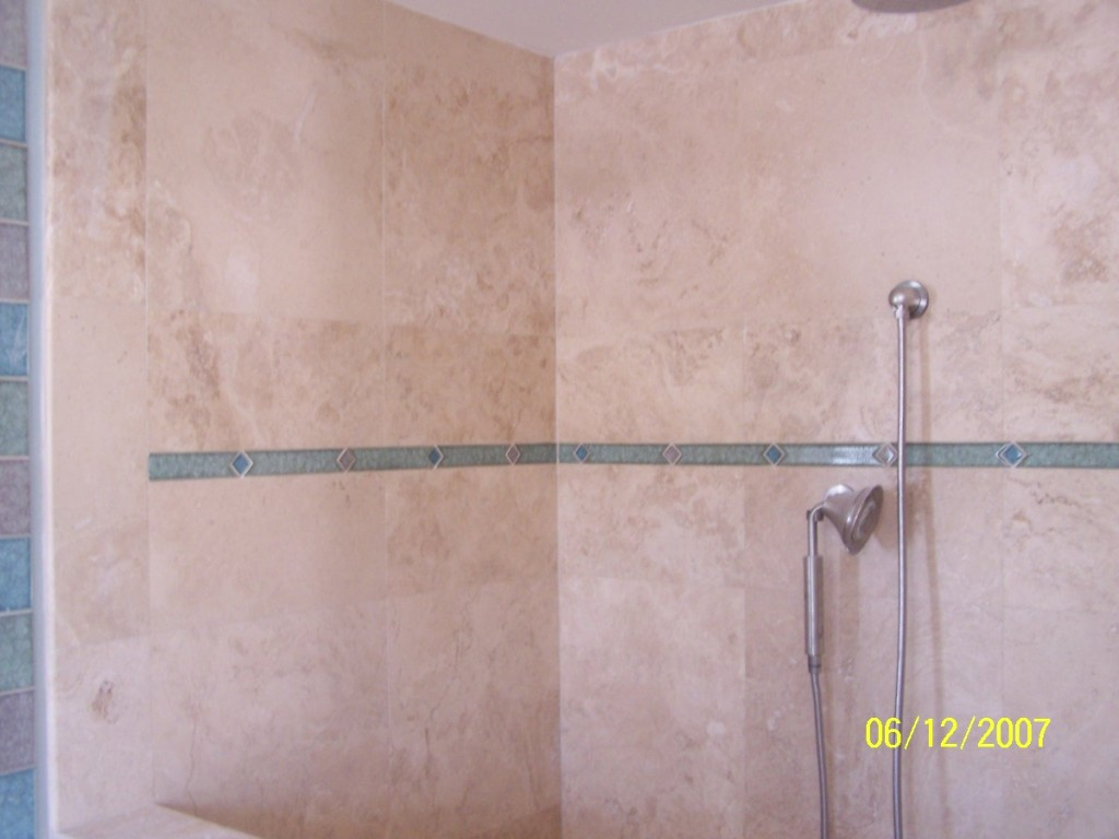 destin-cross-cut-travertine-tile-with-oceanside-glass-inserts